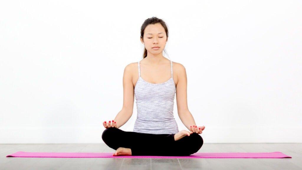eine Frau, die Meditation lernt