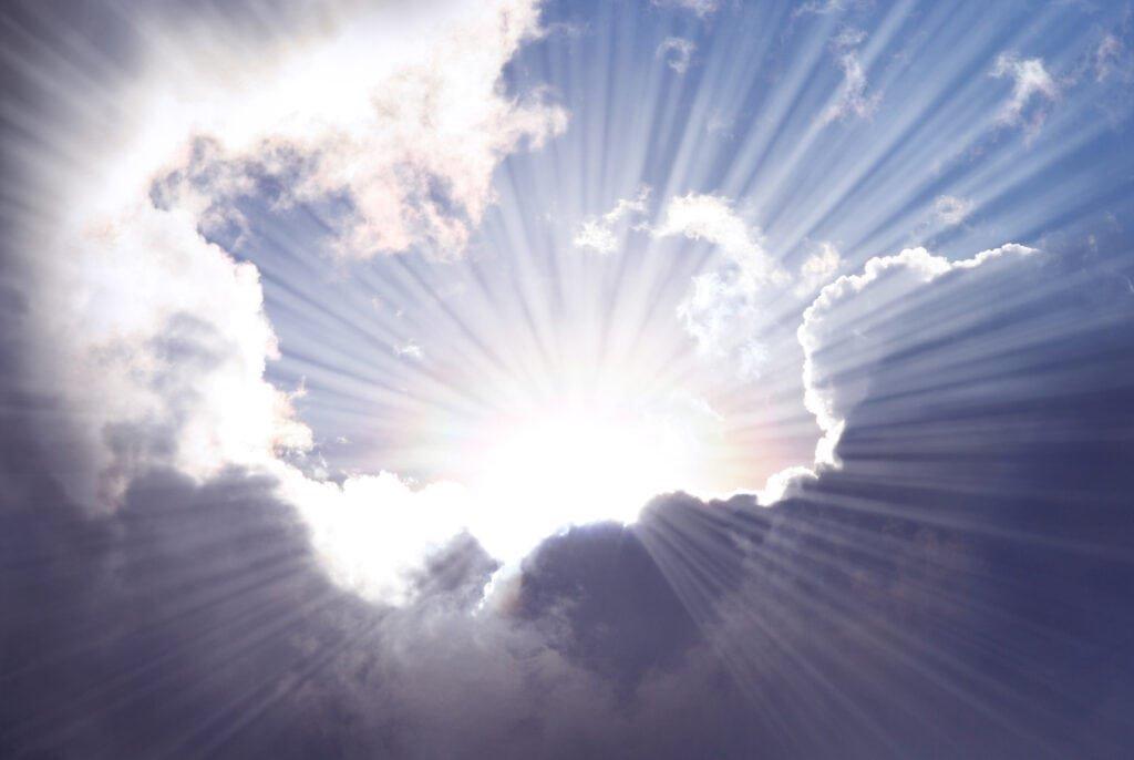 Sonnenstrahlen scheinen durch die Wolken