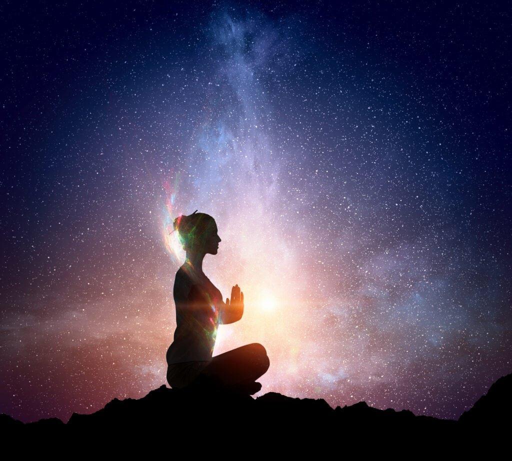 Frau macht spirituelles Yoga