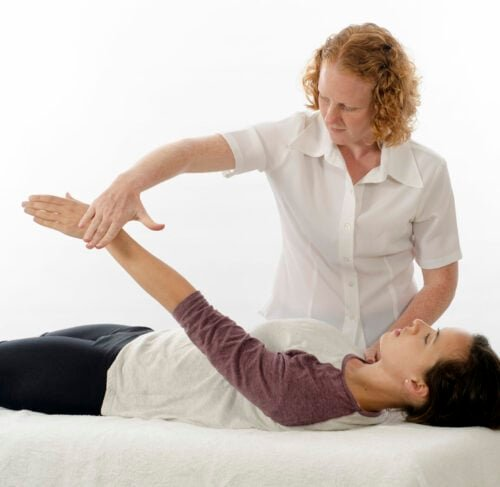Heilpraktikerin führt Kinesiologie aus
