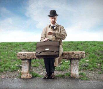 Mann wartet auf Bus