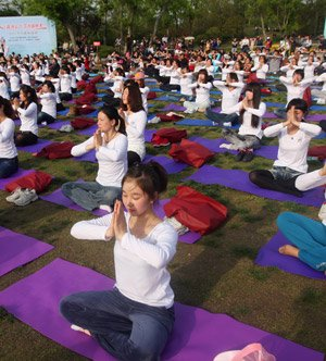 Die Transzendentale Meditation wurde auch in großen Gruppen durchgeführt, hier z.B. in Südkorea mit mehreren tausend Menschen.
