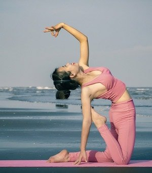 Zu den alternativen Meditationstechniken gehört auch der Hatha - Yoga. Dies ist eine Form des Yoga, bei der das Gleichgewicht zwischen Körper und Geist vor allem durch körperliche Übungen (Asanas), durch Atemübungen (Pranayama) und Meditation angestrebt wird.