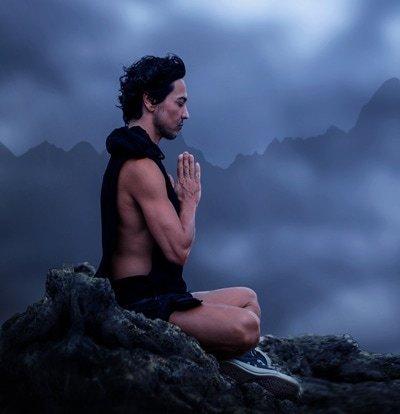 Meditation kann erst seine vollen Vorteile entfalten, wenn sie auch regelmäßig praktiziert wird. 20 Minuten täglich reichen oft aus.