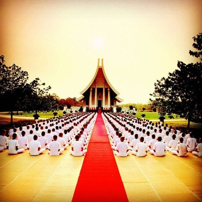 Eine geführte Meditation kann man auch in einer Gruppe machen, während man von einem Lehrer angeleitet wird.