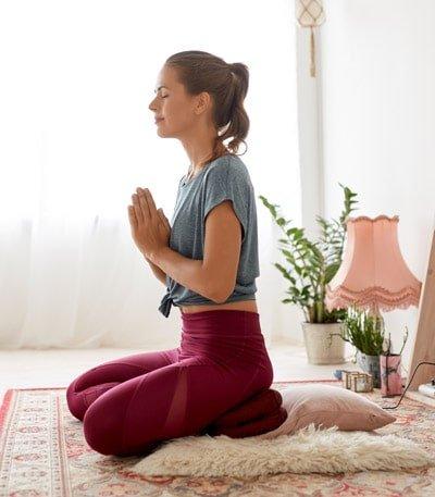 Während der Meditation wird versucht hinter die Gedanken zu blicken und die Instanz zu erfahren, die hinter unseren Gedanken steht.