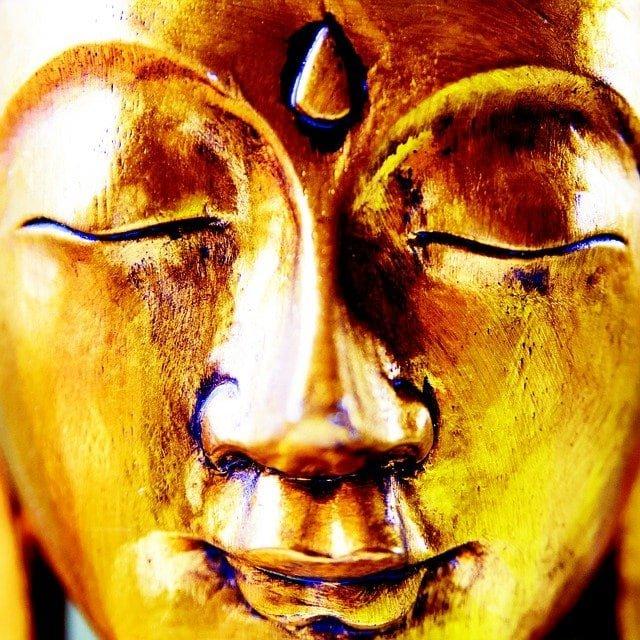 Goldener Buddha mit drittem Auge